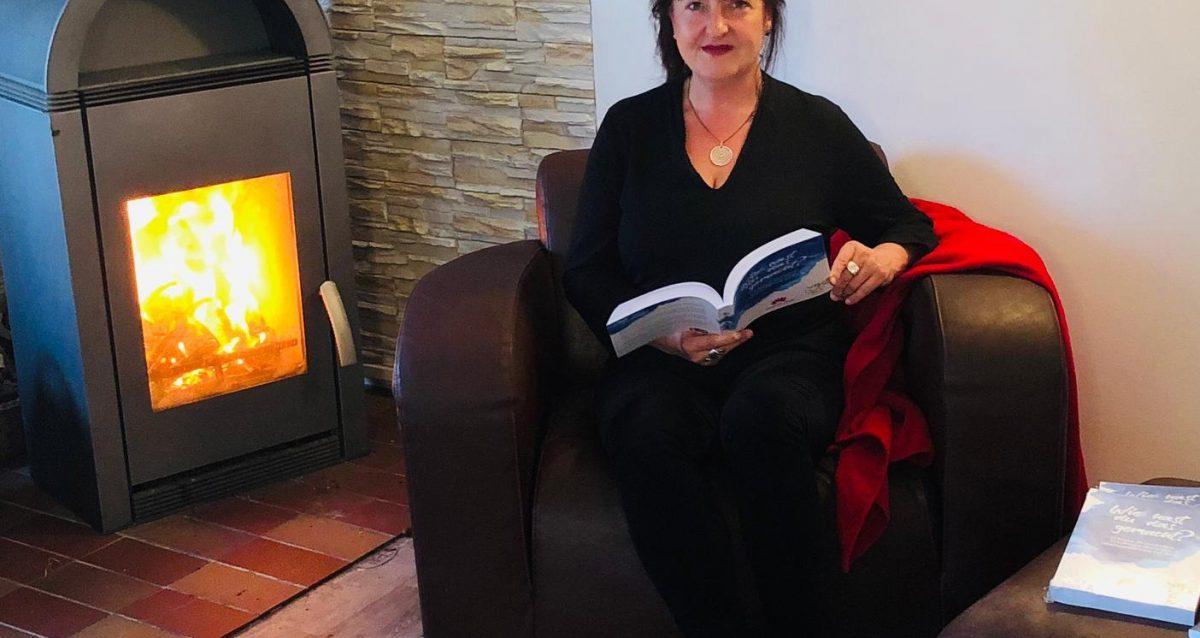 Sandra-Wollersheim-Lesung-am-Kaminfeuer-Wie-hast-Du-das-gemacht.
