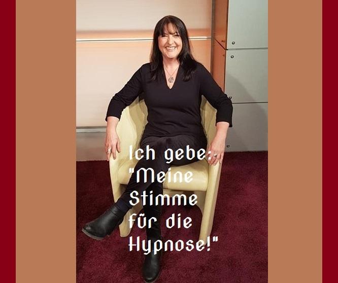Dipl.Soz.Päd. Sandra Wollersheim Sandra H. Wollersheim ... ich bin Hypnosetherapeutin, Heilpraktiker für Psychotherapie und seit dreißig Jahren Sozialpädagogin. Ich bin an drei Standorten (Region Köln Bonn) in eigener Praxis tätig und bilde Menschen in (Selbst-) Hypnose aus. Ich halte Vorträge zum Thema im In- und Ausland, gebe Seminare und Workshops und bin Autorin mehrerer Bücher über Hypnose und Selbstverwirklichung nach einer Lebenskrise. Ich möchte dir hier die Funktion und Anwendung von Hypnose in deinem Leben näherbringen und dir zeigen, wie Du Selbsthypnose nutzen kannst, um dein Leben positiv auszurichten und dein Unterbewusstsein so zu programmieren, dass Du deine Ziele leicht und mühelos erreichen kannst. Zunächst erkläre ich dir genau, was Hypnose wirklich ist. Du wirst staunen darüber, wo Hypnose zum Einsatz kommt, wie sie funktioniert und was damit möglich ist. Du lernst etwas über die Zusammenhänge von Körper, Geist und Seele und warum Du so oft Schwierigkeiten damit hast, dein Verhalten deinen Wünschen und Zielen anzupassen. Erfahre außerdem, wie dein Verhalten entstanden ist und wie Du es selbst aktiv verändern kannst. All das geschieht in kurzer Zeit und ist absolut nachhaltig. Nach 15 Jahren Pädagogik, der Beratung von Kindern, Jugendlichen und jungen Erwachsenen sowie deren Eltern und Vernetzungspartnern widmete ich mich der Erziehung meines Sohnes und baute währenddessen ein selbstständiges Unternehmen in der freien Wirtschaft auf. Die Probleme der Menschen im Bereich Burnout, Depression und Mentalen Blockaden begegneten mir allerorten. Ich bildete bilde mich gezielt weiter mit Schwerpunkt Klinische Hypnose (n. Milton Erickson) in der Psychotherapie. Ich absolvierte eine Ausbildung als systemischer Coach, erlernte die Anwendung von Quantenmatrix und verschiedenen alternativen Heilverfahren (u.a. EMDR, Wingwave, Kinesiologie). Es folgte die Ausbildung in klinischer angewandter Hypnose n. Milton Ericcson zertifiziert durch die NGH, National Guild 